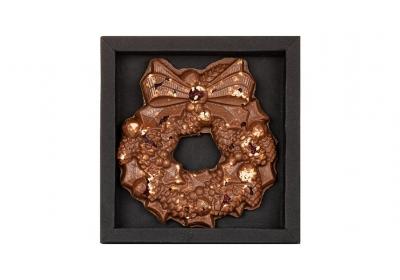 Венок шоколадный с орехами